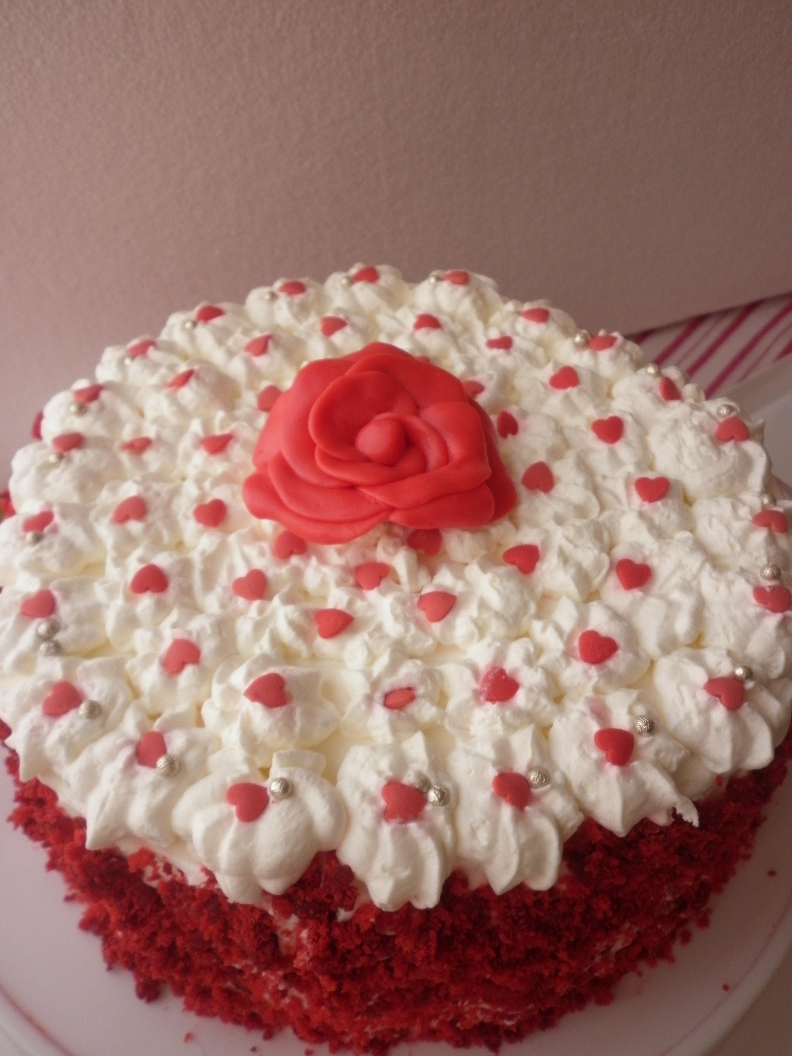 Torta a cuori con rosa rossa