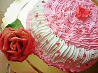 Torta in panna decorata con rose