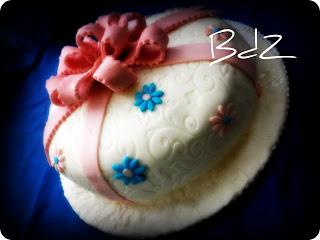 Torta fiocco e pacco regalo