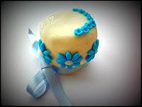 Mini cake azzurra con fiori